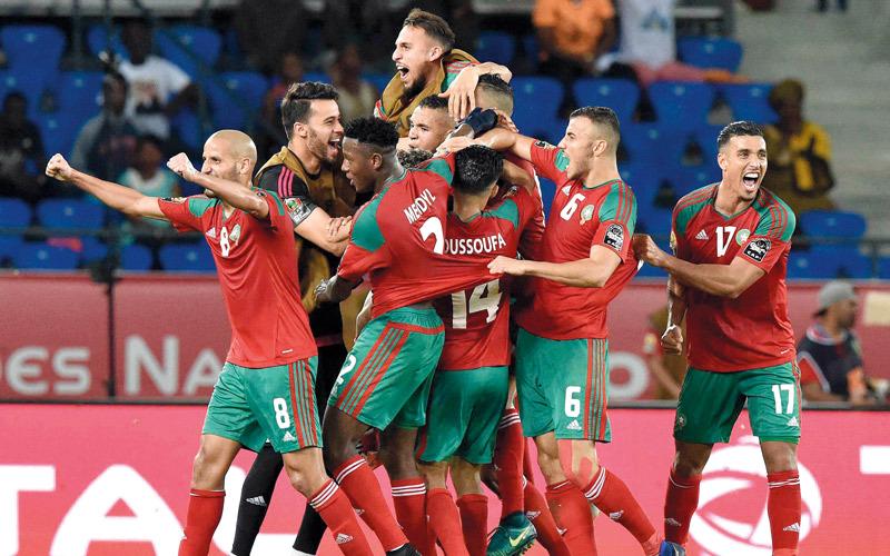 لاعبو المغرب يحتفلون مع رشيد العليوي بالهدف الجميل في شباك ساحل العاج. أ.ف.ب