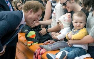 الأمير هاري يحث جنوداً قدامى على التمتع بروح الدعابة