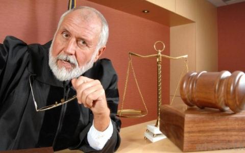 سؤال _ بسيط ..لماذا يرتدي القضاة عباءة سوداء؟