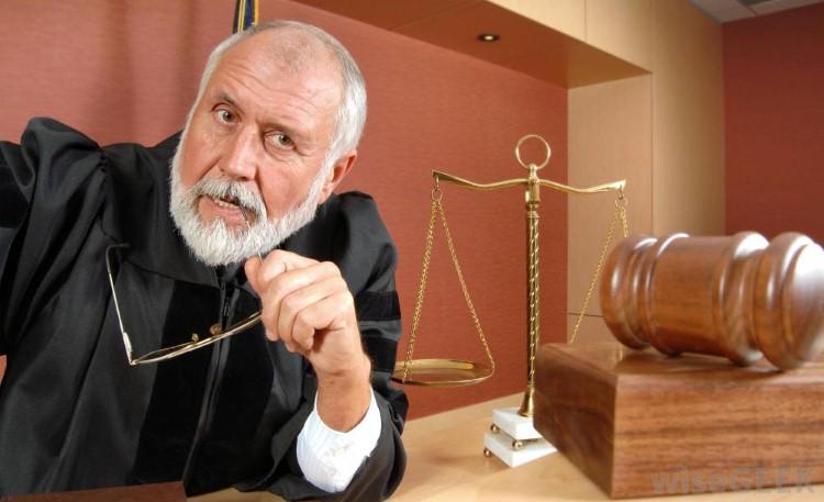 لماذا يرتدي القضاة عباءة سوداء Image