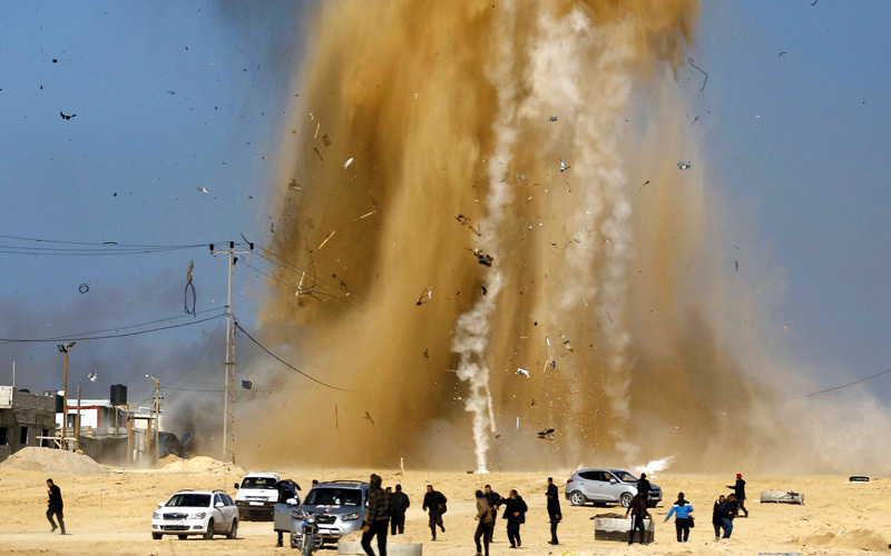 ارتفاع الدخان والتراب في موقع استهدف بغارة إسرائيلية شمال غزة.  أ.ف.ب