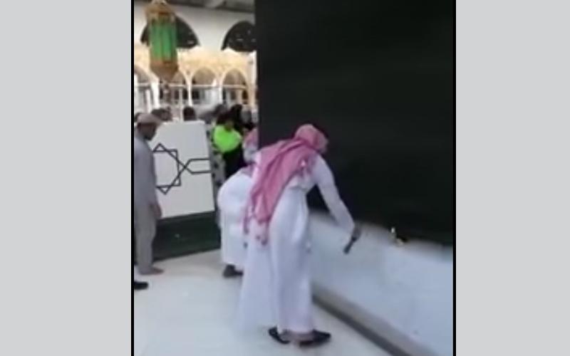 الصورة: بالفيديو.. غسل الكعبة بعد محاولة رجل احراق نفسه  في صحن الطواف