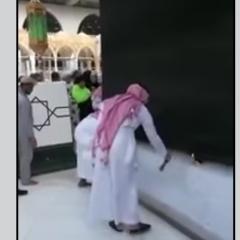 بالفيديو.. غسل الكعبة بعد محاولة رجل احراق نفسه  في صحن الطواف