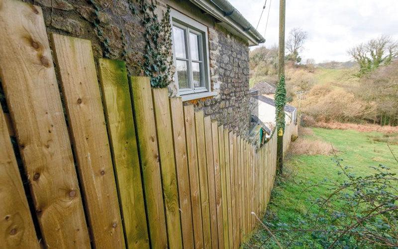 بريطانية تبني سوراً ملاصقاً لجيرانها من أجل حماية ماشيتها
