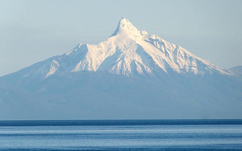 يبدو بركان كوركوفادو بقمّته البيضاء بمظهر بديع في هذه المحمية الطبيعية.  د.ب.أ