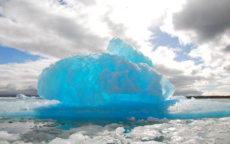 تبدو قطع الجليد في بحيرة سان رافائيل بمظهر مثير للإعجاب تحت أشعة الشمس. د.ب.أ