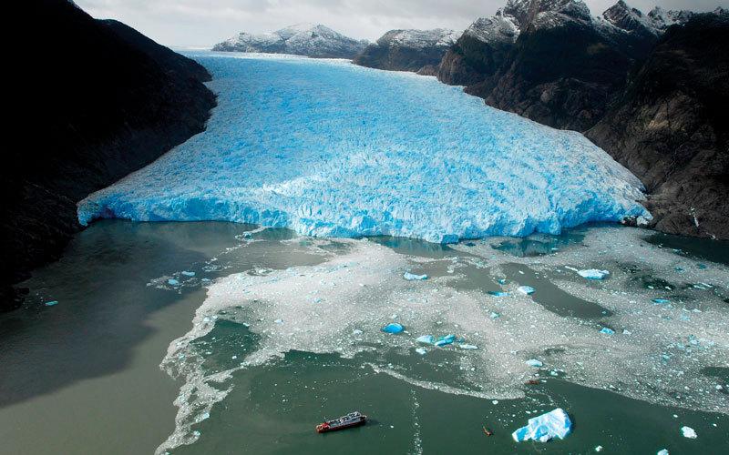 تراجع النهر الجليدي سان رافائيل على مر السنين، ويمتد إلى المنطقة الجليدية في جنوب باتاجونيا.  د.ب.أ