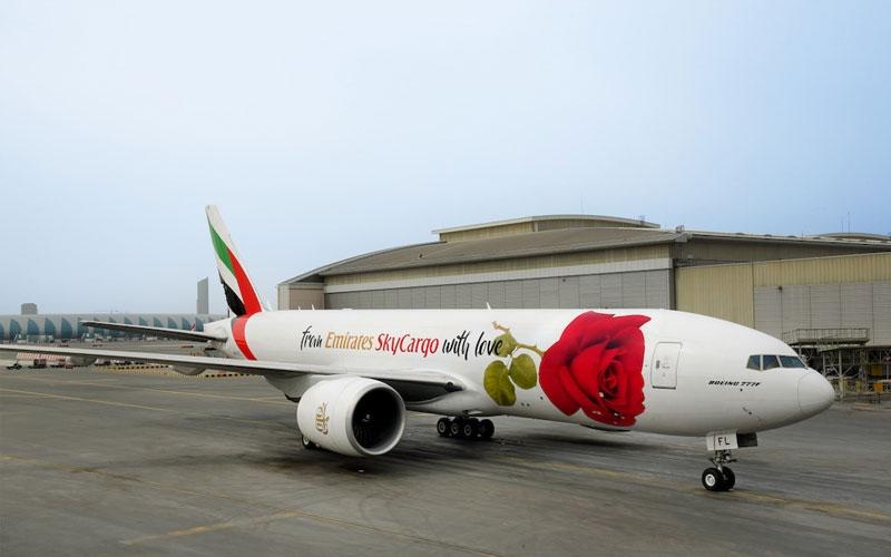 الصورة: شاهد.. الإمارات للشحن الجوي تحتفي بعيد الحب بوردة على إحدى طائراتها