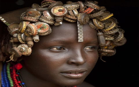 """الصورة: نساء """"داساناش"""".. تسريحات شعر من النفايات وحُليّ من  أغطية الـ """"كوكاكولا"""""""