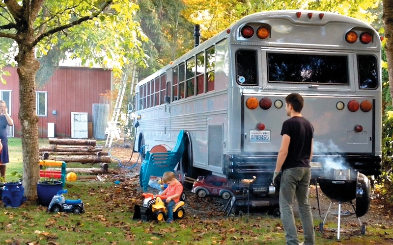 عائلة أميركية تحوّل حافلة مدرسية قديمة إلى منزل مريح