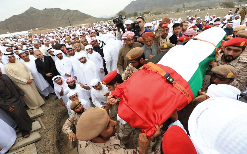 سعود بن صقر شارك ذوي الشهيد والمواطنين تشييع الجثمان إلى مثواه الأخير. تصوير ـ أحمد عرديتي