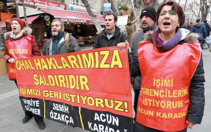 أكاديميون أقيلوا ضمن حملة التطهير بتركيا يحتجّون في الشارع