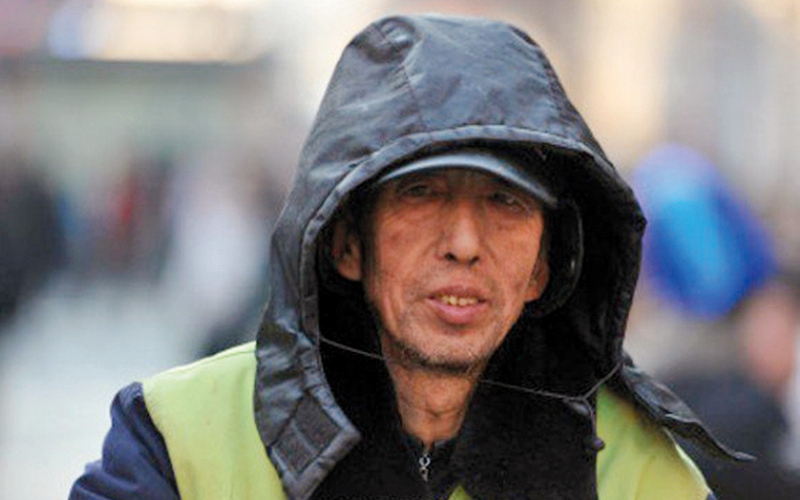 عامل نظافة صيني يساعد التلاميذ الفقراء