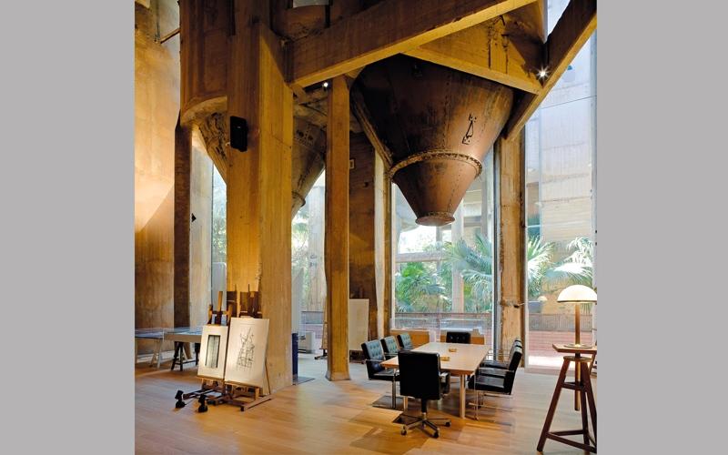 مهندس إسباني يحوّل مصنعاً مهجوراً إلى منزل جميل
