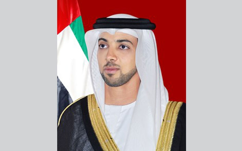منصور بن زايد يجري اتصالا هاتفيا مع رئيس الوزراء الجزائري