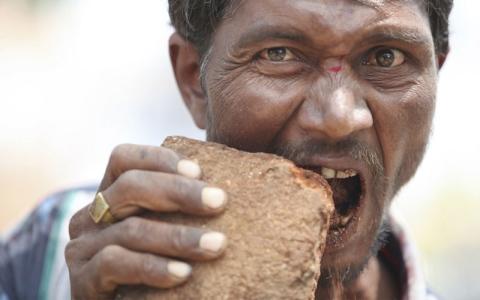 الصورة: «بيكا».. مرض الشراهة على الطين والصابون والبلاستيك