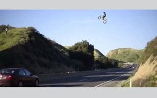 """بالفيديو.. مغامر يقطع الطريق السريع """"محلقاً"""" بدراجته النارية"""