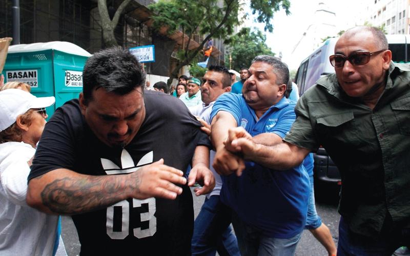 مئات آلاف الأرجنتينيين يتظاهرون احتجاجاً   على إجراءات التقشف