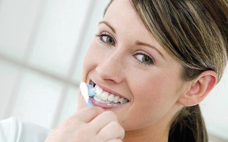 تنظيف الأسنان بشدة يهدّد اللثة
