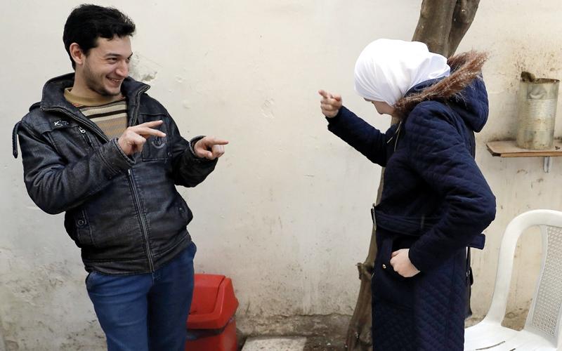 الصمّ والبكم في سورية يتعلمون لغة الحرب