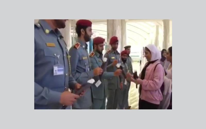الصورة: بالفيديو.. طالبات كويتيات يقدمن الورود لموظفي مطار دبي