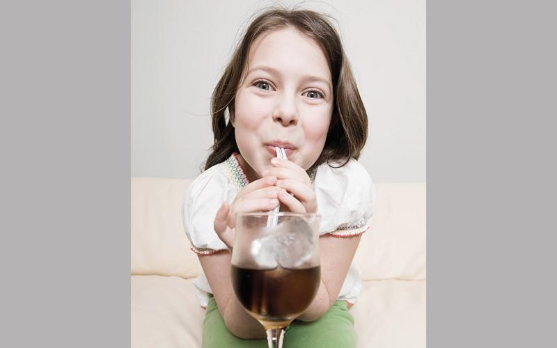 المشروبات المحلاة بالسكر تهدّد كبد الطفل