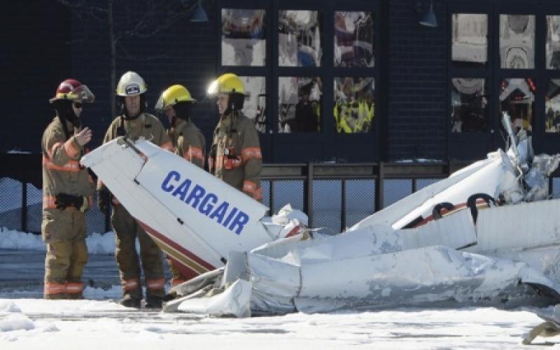 اصطدام طائرتين فوق مركز تسوق