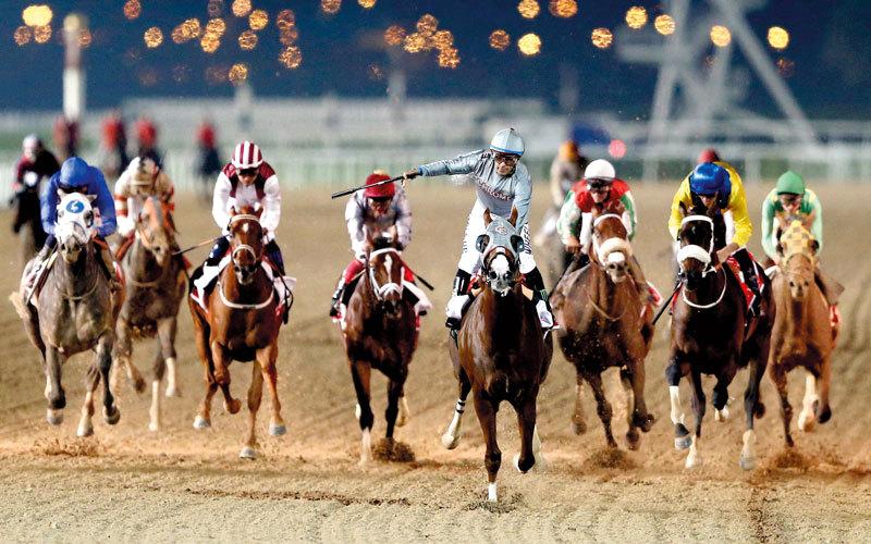 الجواد الأميركي «كاليفورنيا كروم» يتقدم المنافسين في نسخة العام الماضي لكأس دبي العالمي. من المصدر