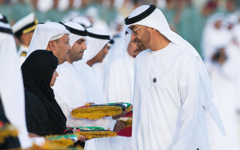 محمد بن زايد أكد أن مواقف أمهات الشهداء ستظل تطوّق أعناقنا نستمد منها القيم الوطنية الأصيلة. وام