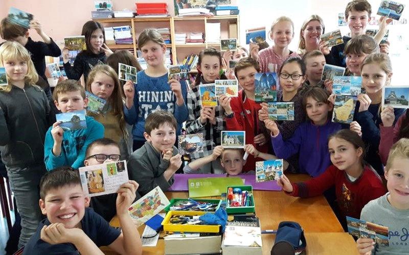 طلاب مدرسة يتلقون بطاقات من أنحاء العالم