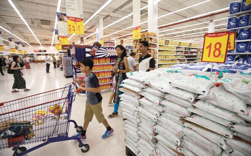 مستهلكون يشكون عدم تراجع أسعار السلع رغم ارتفاع الدرهم مقابل عملات عالمية