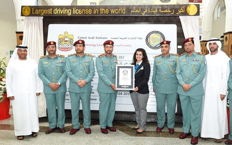 شرطة الشارقة تدخل «غينيس» بأكبر رخصة قيادة في العالم