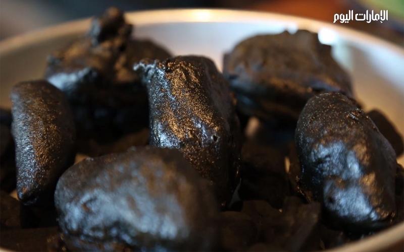 بالفيديو.. مواطن يبتكر أطباقاً من الفحم والحصى