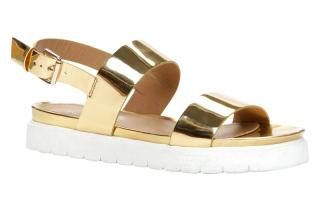 الصورة: الأحذية الذهبية.. العلامة الأبرز لصيف 2017