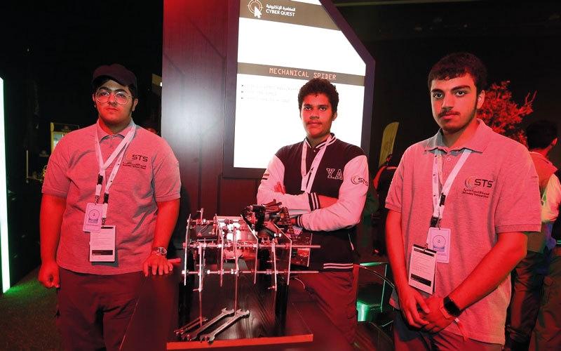 4 طلاب مواطنين يبتكرون «عنكبوتاً آلياً»