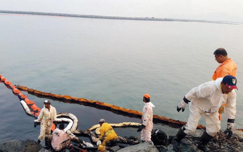 فرق الطوارئ تواصل عملياتها لمكافحة انتشار بقع الزيت المتسربة. الإمارات اليوم