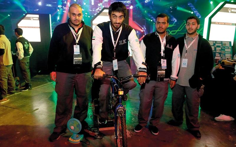 5 طلاب ينتجون الكهرباء من دراجة رياضية