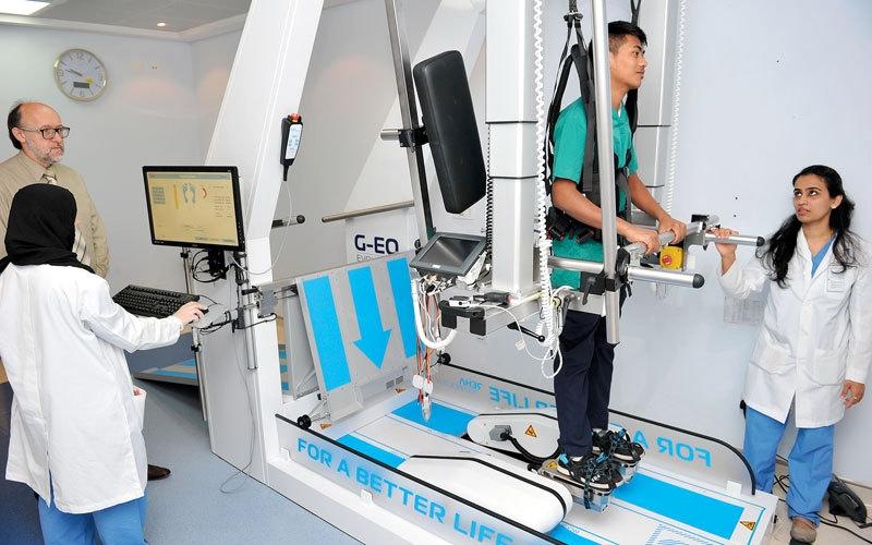 روبوت «صحة دبي» يمكّن مرضى الشلل من الوقوف والمشي