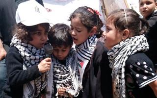 أطفال غزة يخوضون «تحدي الماء والملح».. والمطاعم تقدمه بديلاً عن الطعام