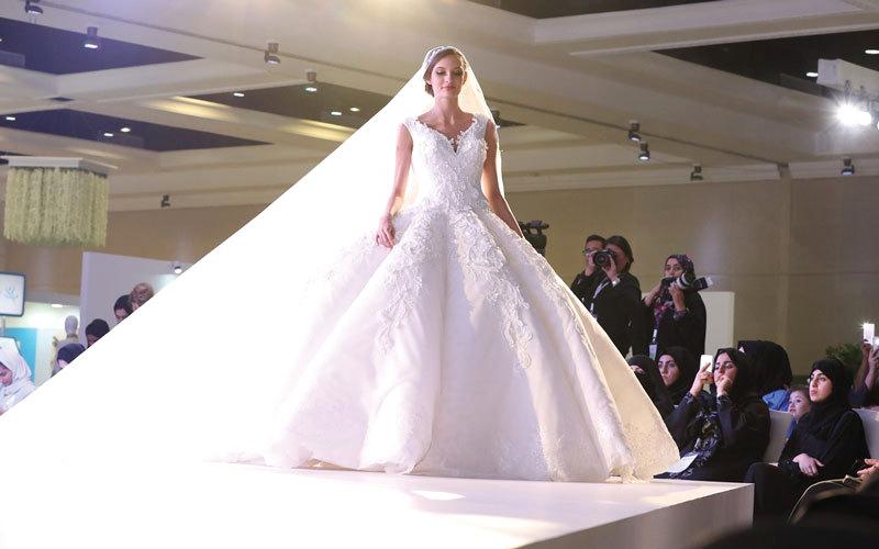 من تصاميم عرض العروسة الأنيقة لتصميم الأزياء.  من المصدر