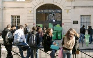الصورة: مدارس فرنسية تمنع السراويل المثقوبة والتنانير القصيرة