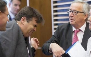 الصورة: رئيس المفوضية الأوروبية يصفع زملاءه ويقبّلهم هزلاً