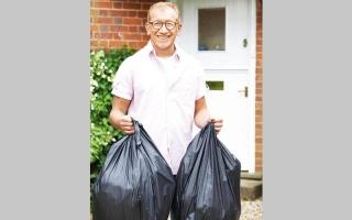 الصورة: زوج رئيسة الوزراء   البريطانية يطهو لنفسه وينجز الأعمال المنزلية
