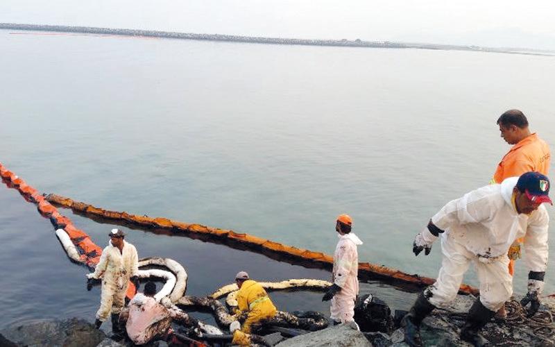 صيادون وفنادق في «الشـرقيــة» يطالبون بقوانين تحدُّ من التلوث النفطي للشـواطئ