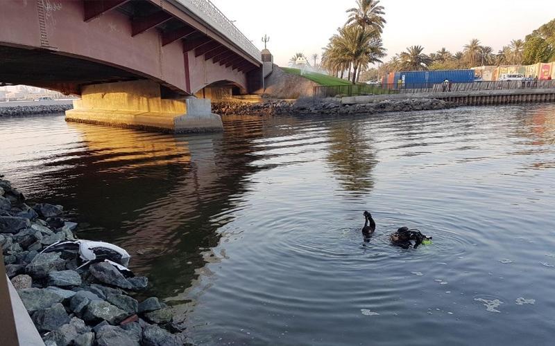 سقوط مركبة في بحيرة خالد ونجاة سائقها