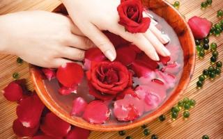 5 فوائد جمالية وصحية لماء الورد