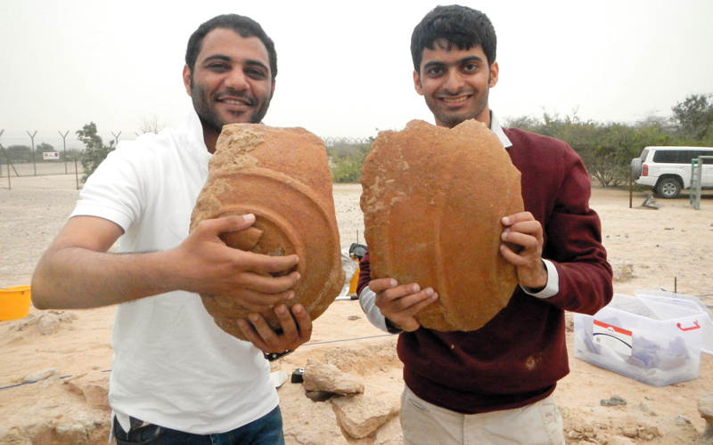الكعبي والمقبالي عثرا داخل البناء على قطع لجرار فخارية كبيرة مكسورة تعود إلى 4000 عام.  من المصدر