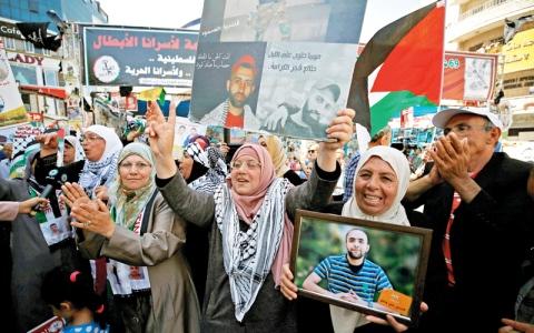 الأسرى يعلّقون إضرابهم عن الطعام في سجون الاحتلال