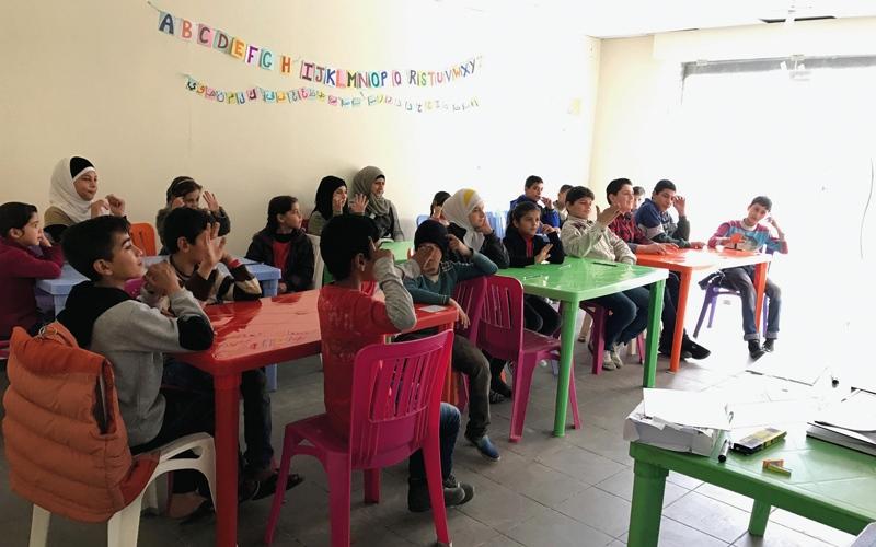 «دبي العطاء» تدعم الأطفال اللاجئين السوريين ببرامج تعليمية